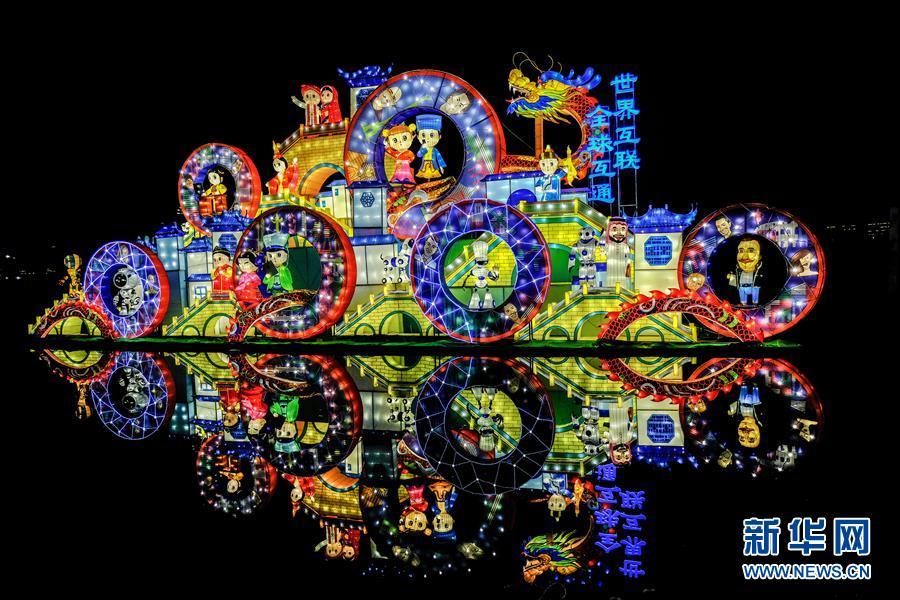 Ostchina: Bunt beleuchtete Wasserstadt