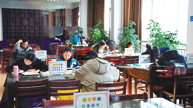 Reading during holiday becomes fashionable in Lhasa