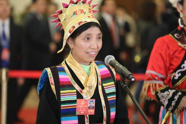 Tibetische Vertreterin des NVK: Zum Einkauf in Yumai kann man QR-Code scannen