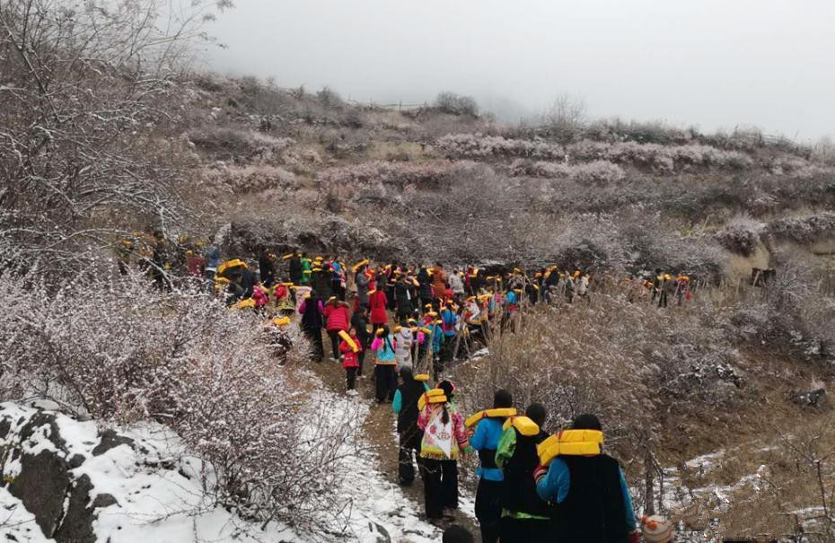 Kleines Dorf in Gannan zeigt im Winter Sutras