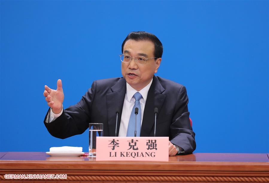 Li Keqiang nimmt an Pressekonferenz nach Abschluss der ersten Tagung des 13. NVK teil