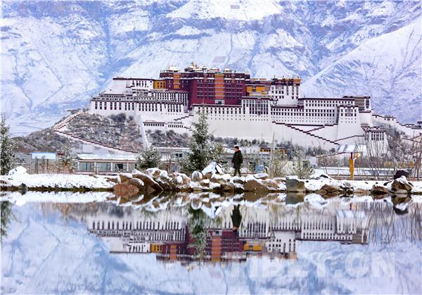 Snowfall seen in Lhasa, Tibet