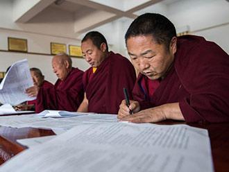西藏色拉寺400余名僧人参加普法考试