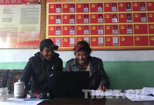 Dorfarbeitsteam bringt Nomaden Tippen auf Tibetisch bei