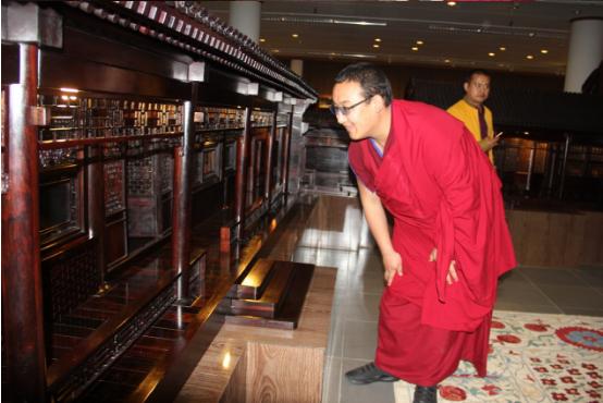 Rinpoche Qinghais besucht Chinesisches Palisandermuseum