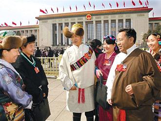 西藏代表委员热烈讨论政府工作报告