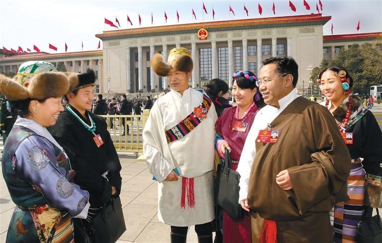 Abgeordnete und Mitglieder aus Tibet nehmen an den Tagungen von NVK und PKKCV teil