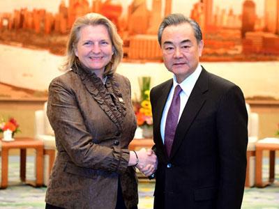 Wang Yi trifft Außenministerin Österreichs