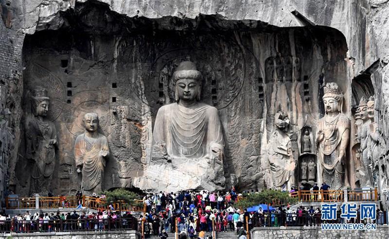 Longmen Grotten in Luoyang während der Touristensaison
