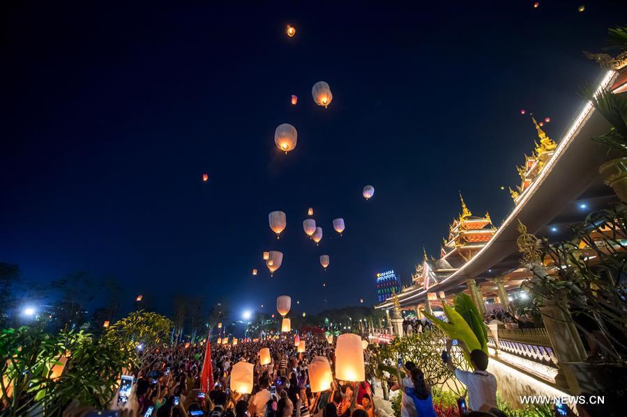 Kongming-Laternen steigen in Jinghong in der südwestchinesischen Provinz Yunnan