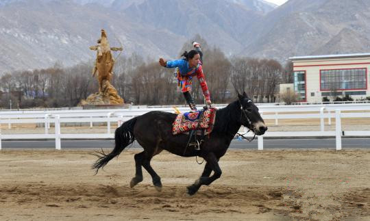Tibet bereitet sich auf nationales traditionelles Minderheiten-Sportfest vor