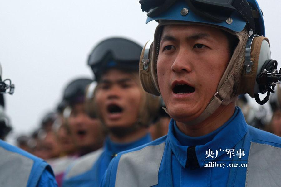 600 Marinesoldaten leisten auf dem Flugzeugträger Liaoning Eid ab