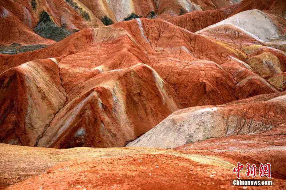Gansu draws tourists with rainbow mountain