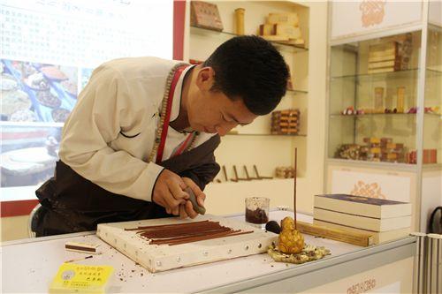 Die moderne Überlieferung tausend Jahre alter Räucherstäbchen