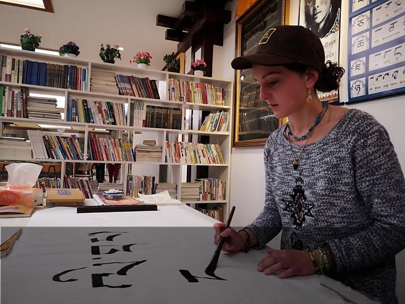 Französin lernt in Litang tibetische Kalligraphie