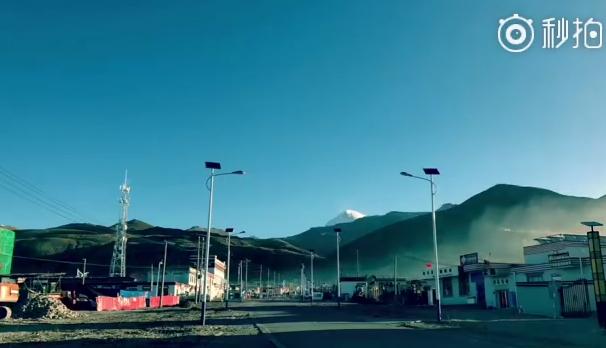 冈仁波齐山脚下塔尔钦小镇的清晨