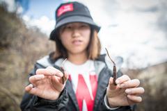 西藏当雄第三届虫草文化旅游节游客体验挖虫草