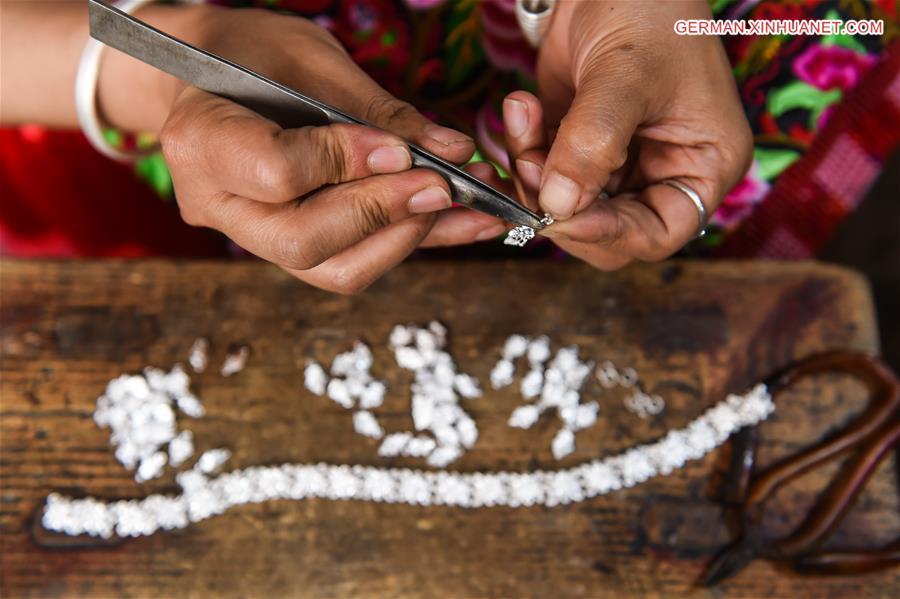 Silberschmiedin Yang Changlan in Chinas Guizhou