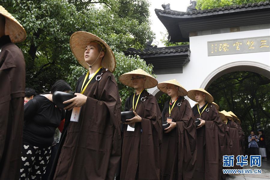 Hangzhou: Tausend Mönche sammeln für die Wohlfahrt