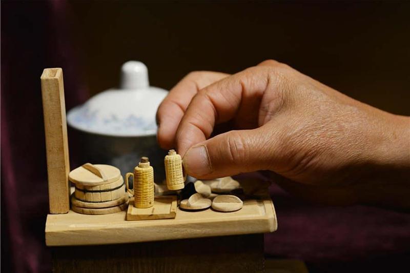 Pensionär stellt Miniaturgegenstände aus Holz her