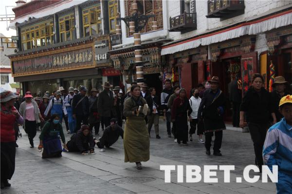 Tibeter feiern das Sagya Dawa-Festival