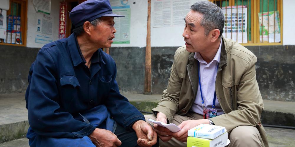 志愿者入户慰问汶川患病群众