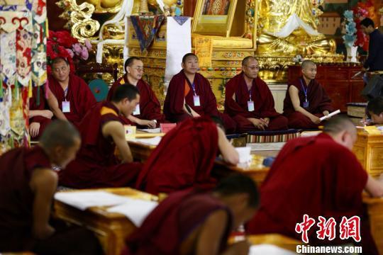 Hundert Mönche in Qinghai nehmen an buddhistischen Prüfungen teil