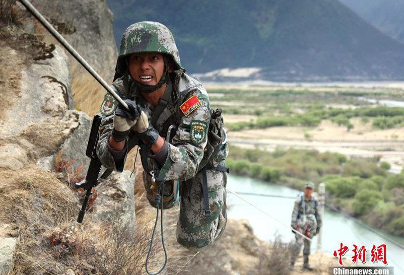 西藏军区某合成旅雪域高原练兵 备战国际军事比赛