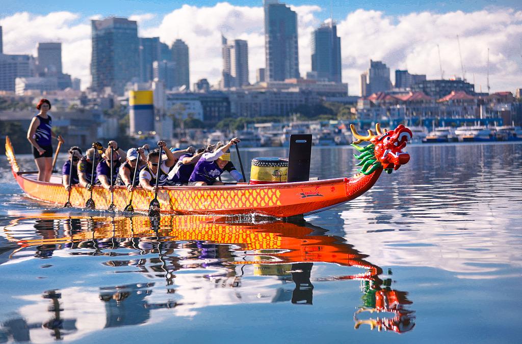 Ein Drachenboot reist 8000 Kilometer weit und lindert Heimweh