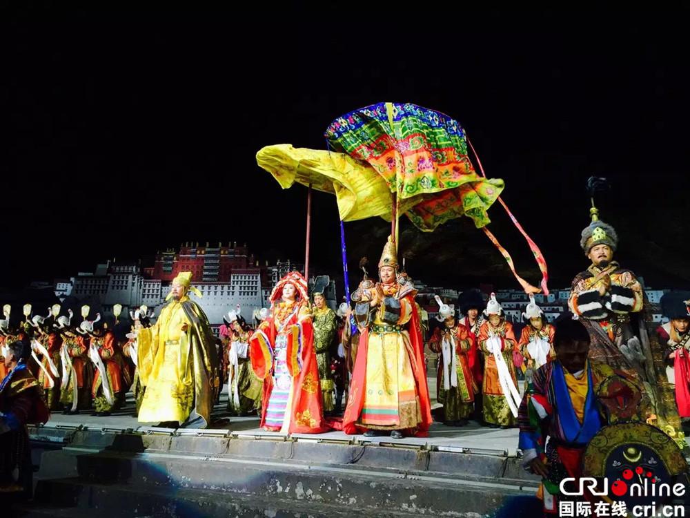 Lhasaer Einwohner spielen zur Einkommenssteigerung bei Szenenspielern mit