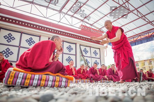 Hochrangiges buddhistisches Institut für Tibetische Sprache nimmt Mönche auf