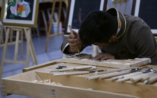 Schüler demonstrieren traditionelles Qinghaier Handwerk