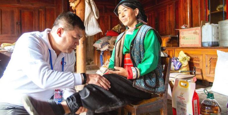 Freiwillige machen Wohltaten in Gannan in Tibet