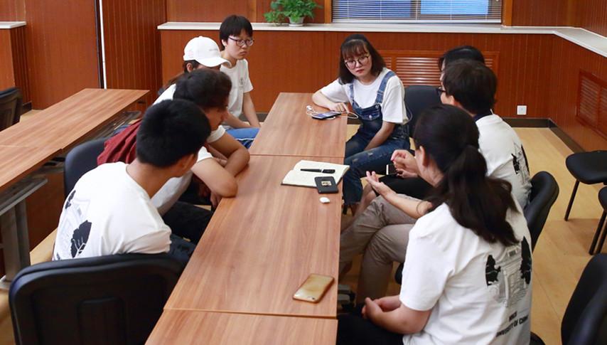 Studenten machen in ihrer Heimat Praktikum