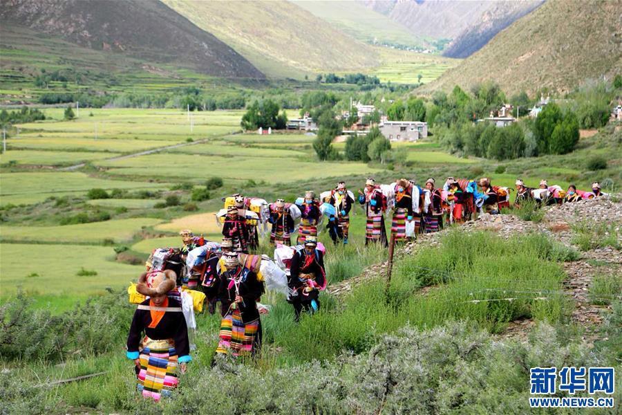 """Tibetische Bauern feiern """"Ongkor-Festival"""""""