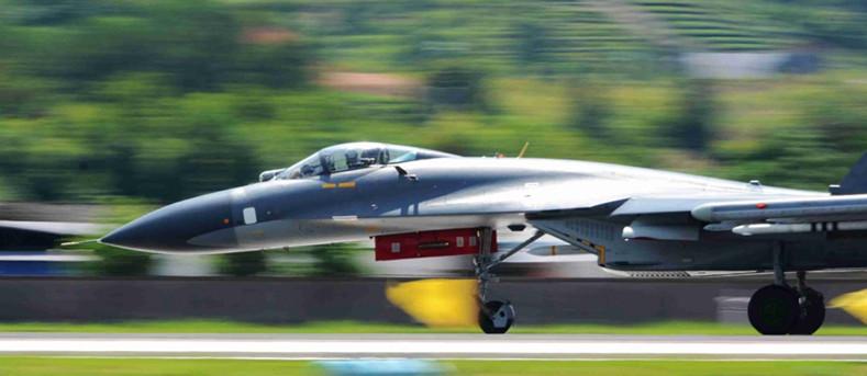 J-11 Kampfflugzeug beim Nachtkampfflugtraining