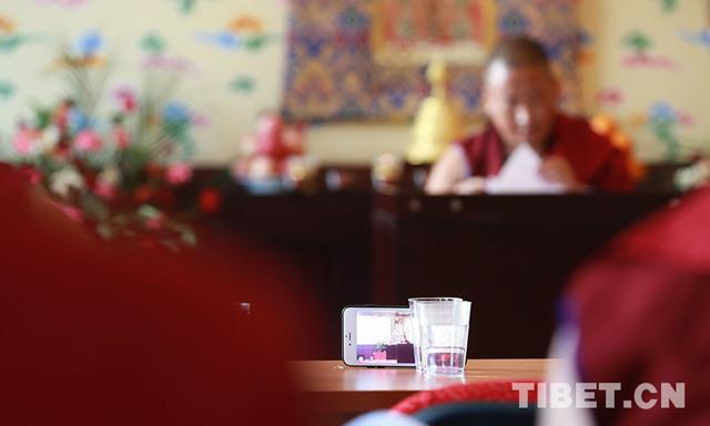Tibetische Mönche nutzen elektronische Geräte zum Lernen