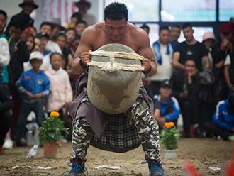 """力量与技巧的展示,西藏民运会项目抱石头与""""古朵""""开赛"""