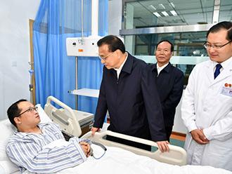 """李克强考察西藏高原医学研究所:让人们不再""""谈高原色变"""""""
