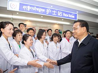 李克强看望援藏医护人员: 既要当好医生,又要当好老师