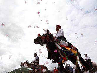 藏族民众骑马祭祀嘎多觉吾神山 祈福国泰民安