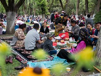 西藏民众过林卡享夏日清凉