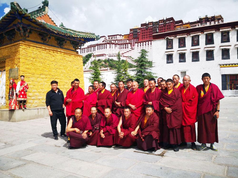 直孔替寺管委会结合教育实践活动组织僧人参观雪监狱及西藏自然科学博物馆