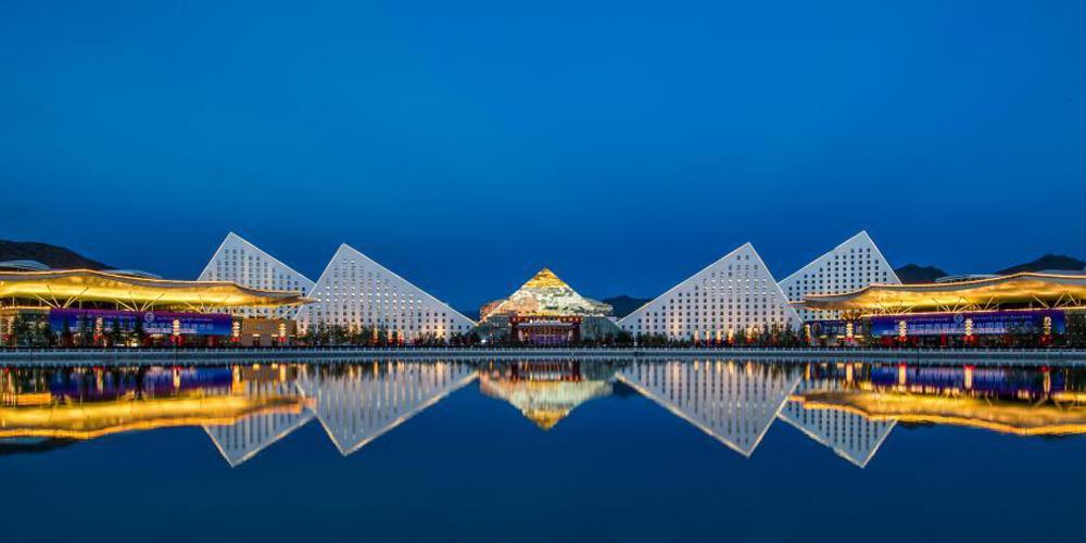西藏会展中心灯火辉煌迎藏博会
