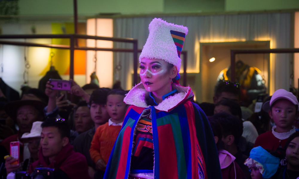藏博会期间,这里每天都有西藏民族服饰秀