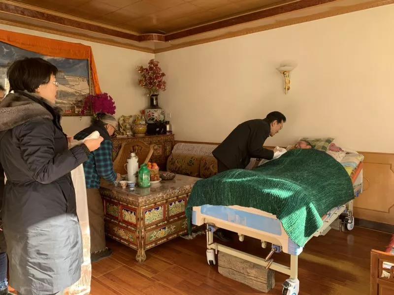 区政协副主席、工商联主席、总商会会长 阿沛•晋源看望慰问生病的退休老干部