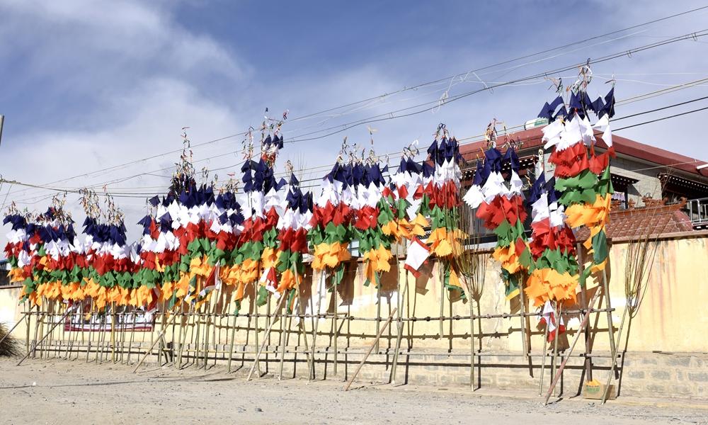 缝制经幡树,欢迎藏历新年