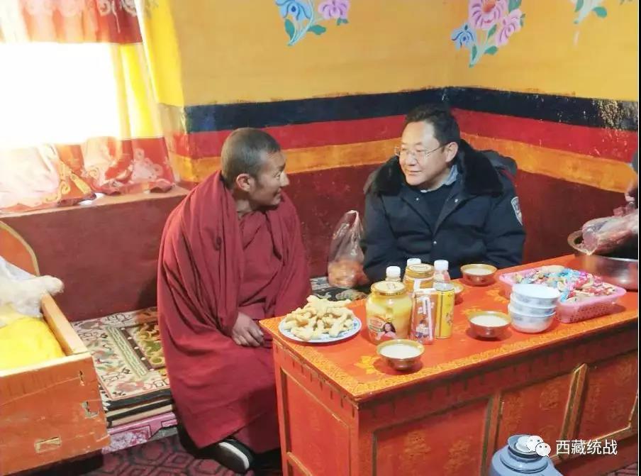 左贡县统战部长深入联系点寺庙看望慰问寺庙僧人