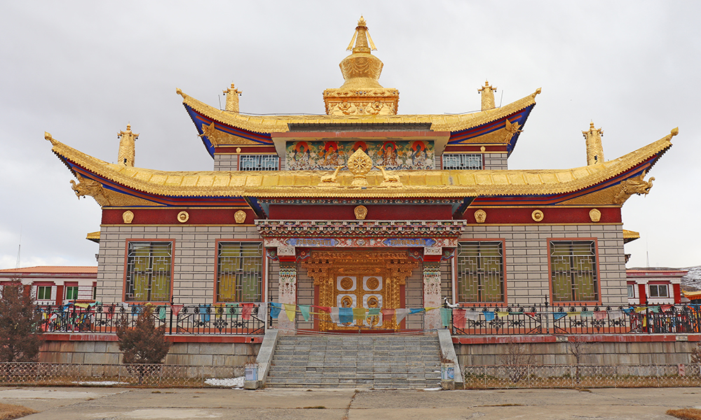 木雅金塔:为纪念十世班禅大师修建的佛塔