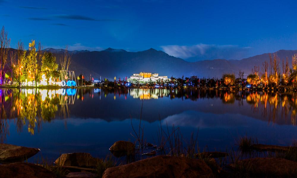 西藏拉萨:游园庆国庆——缤纷灯会点亮南山公园